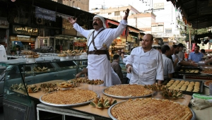 Food seller cries out his wares shortly before the breaking of the fast, Damascus, Syria