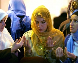 Bosnian Muslim women praying