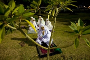 Thai Muslim women of Pattani province pray