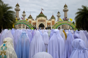 Thai Muslim women at prayer