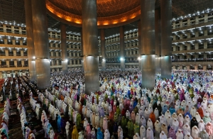 Indonesian women in Jakarta praying during ramadan